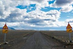 Precis 4x4 vägmärke, drevväg för precis fyra hjul, nordliga Island Arkivbild