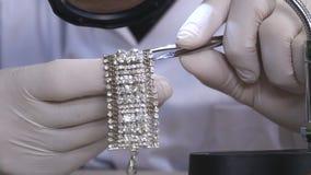 Precise el embutido del diamante en una pulsera almacen de metraje de vídeo