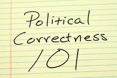 Precisione politica 101 su un blocco note giallo Fotografia Stock
