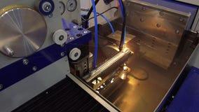 Precisionklipp av metalldelar stock video
