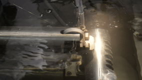 Precisionklipp av metalldelar arkivfilmer