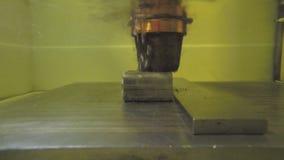 Precisionklipp av metalldelar som använder en maskin för elektrisk urladdning arkivfilmer