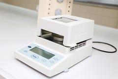 Precisionvåg i laboratorium Arkivbild