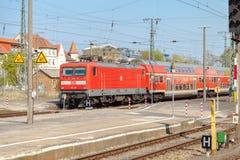 Preciso regionale tedesco arriva sulla stazione ferroviaria Fotografie Stock