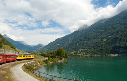 Preciso svizzero di Bernina del treno della montagna attraversato con l'alto Mo Immagine Stock