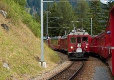 Preciso svizzero di Bernina del treno della montagna attraversato con l'alto Mo Immagine Stock Libera da Diritti