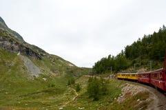 Preciso svizzero di Bernina del treno della montagna attraversato con l'alto Mo Fotografia Stock