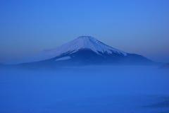 Predawn Mt. Fuji über Frost herauf See Yamanaka Stockfotos