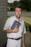 Predicador en su puerta Imagenes de archivo