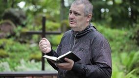Predicatore con la bibbia ed il rosario stock footage