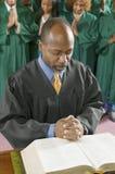 Predicatore dall'altare in testa di curvatura della chiesa nella preghiera Fotografie Stock