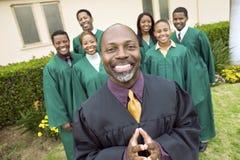 Predicatore e coro che stanno in Front Of Church Immagine Stock