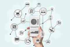 Predictive analytics och det stora databegreppet med den moderna handen som rymmer, ilar telefonen för att analysera data från ma Arkivfoto