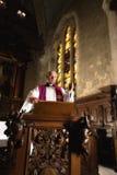Predigen auf einer Kanzel lizenzfreies stockbild