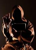 Predigender Mönch des Geheimnisses mit Bibel Lizenzfreies Stockfoto