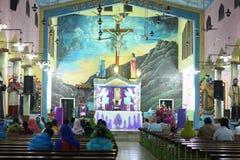 Predikant en mensen die god in kerk bidden royalty-vrije stock fotografie
