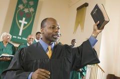 Predikant som predikar evangeliet i kyrka Arkivbild