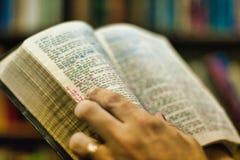 Predikanten rymmer en versionbibel för konung James Arkivbilder
