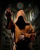 Predikende monnik in kerk Stock Afbeeldingen
