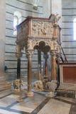 Predikstolen av Nicola Pisano i den Pisa baptisteryen av St John I Arkivfoton