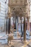 Predikstolen av Nicola Pisano i den Pisa baptisteryen av St John I Royaltyfria Bilder