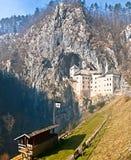 中世纪马背射击的比赛的Predjama城堡和地区 免版税库存照片