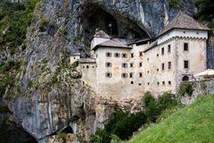 Predjama Castle, κοντά στο χωριό Predjama, Σλοβενία Στοκ εικόνα με δικαίωμα ελεύθερης χρήσης