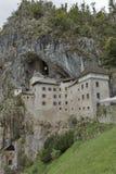 Predjama slott i den Postojna grottan, Slovenien Arkivfoton