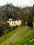 Predjamakasteel in Slovenië in de klip Stock Foto's