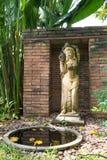 Preensão antiga da mulher uma escultura do frasco Fotografia de Stock Royalty Free