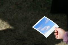Preensão da mão da criança uma foto imagens de stock
