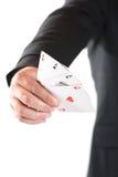 Preensão da mão do homem de negócios os quatro ás Fotografia de Stock