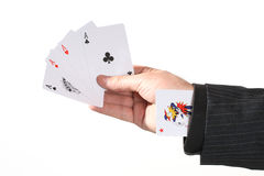 Preensão da mão do homem de negócios os quatro ás Foto de Stock