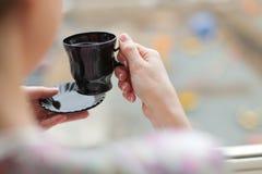 Preensão da mão um o copo do chá Fotografia de Stock
