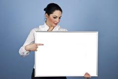 Preensão da mulher de negócios uma bandeira em branco Foto de Stock Royalty Free