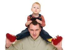 Preensão feliz do homem sua garganta do filho imagens de stock