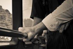 Preensões do homem no corrimão no barramento Imagem de Stock Royalty Free