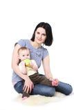 Preensões do Mum nas mãos do bebê foto de stock
