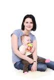 Preensões do Mum nas mãos do bebê. foto de stock royalty free