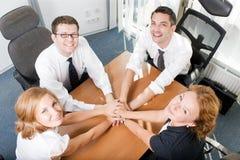 A preensão dos trabalhadores de escritório entrega junto Imagens de Stock Royalty Free