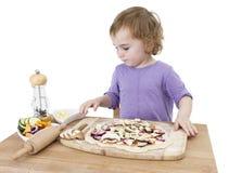 Preescolar que hace la pizza fresca fotografía de archivo