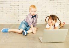 Preescolares con el ordenador portátil Fotografía de archivo