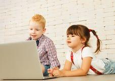 Preescolares con el ordenador portátil Fotos de archivo libres de regalías