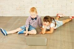 Preescolares con el ordenador portátil Fotos de archivo