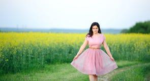 preety穿戴的女孩的粉红色 免版税库存图片