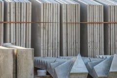 Prefabriceer concrete muren in rek stock foto's