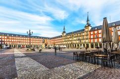 Prefeito da plaza com a estátua do rei Philips III no Madri, Espanha fotografia de stock royalty free