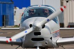 Preformando, el equipo se prepara para el vuelo fotografía de archivo libre de regalías