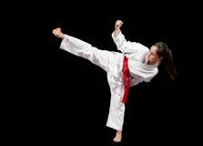Preforming karatekampsporter för ung flicka Royaltyfri Foto