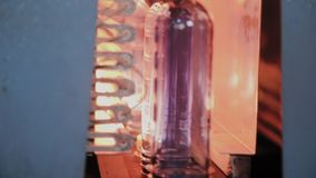 Preforms ЛЮБИМЧИКА двигают на линию печи топления в быстрой скорости Пластмасса разливает продукцию по бутылкам сток-видео